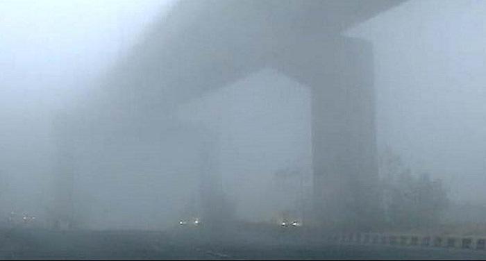 delhi दिल्ली में छाया घना कोहरा, ट्रेन और हवाई यात्रा पर पड़ा असर