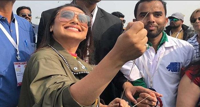 रानी मुखर्जी ने अहमदाबाद में की जमकर पतंगबाजी