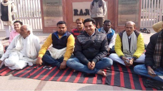 राजघाट पर मौन व्रत रख धरने पर बैठे कपिल मिश्रा, कुमार को मनाएंगे संजय सिंह