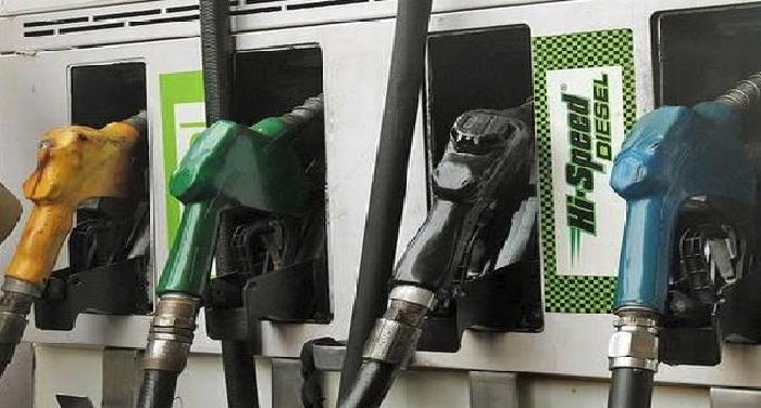 पेट्रोल और डीजल की कीमतों में लगातार 11वीं बार गिरावट देखने को मिली