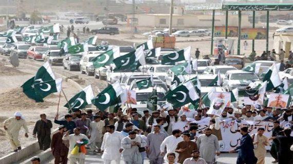 """पाकिस्तान में लगे आतंकवाद के खिलाफ नारे, """"ये जो दहशतगर्दी है, इसके पीछे वर्दी है"""""""