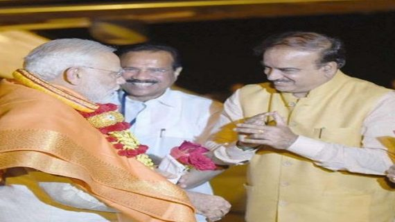 दो दिवसीय दौर पर कर्नाटक पहुंचे पीएम, भगवान बाहुबली के मस्तकाभिषेक में होंगे शामिल