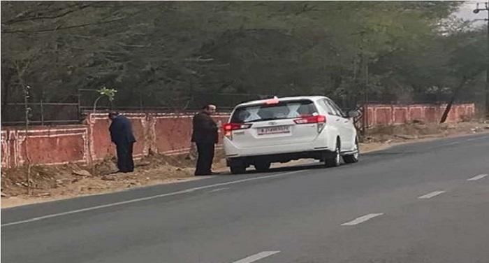 rajasthan सड़क किनारे लघुशंका करते हुए मंत्री का फोटो वायरल, विपक्ष हुआ हमलावर