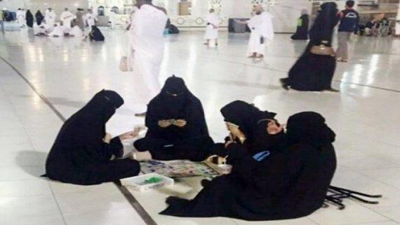 मक्का में पत्ते खेलते हुई नजर आई चार महिलाएं, सोशल मीडिया पर फोटो वायरल