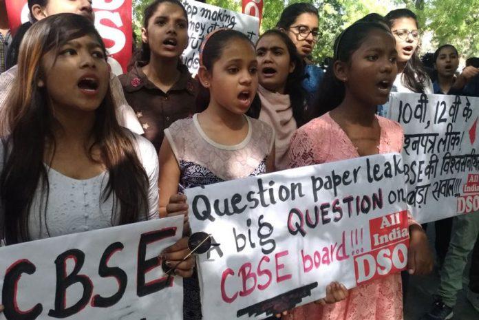 CBSE paper leak students protest 5 696x465 1 16 साल के इस छात्र ने सबसे पहले बोर्ड को दी थी पेपर लीक की जानकारी