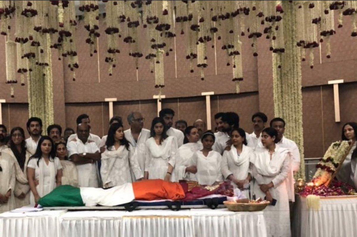 DXHKTWRW0AQuUSo RTI में खुलासा, फडणवीस के आदेश पर हुआ था श्रीदेवी का राजकीय सम्मान के साथ अंतिम संस्कार