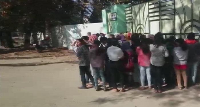 DZLyB2KW0AA0PF8 हॉस्टल परिसर में मिला पैड़, वार्डन ने उतरवाएं 40 छात्राओं के कपड़े