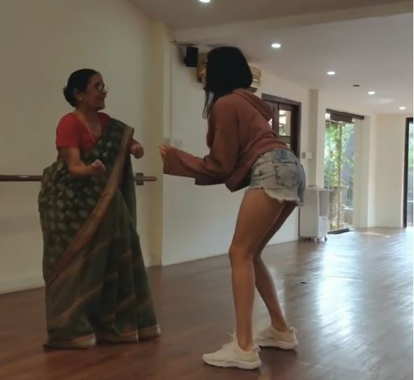 'बॉम डिगी डिगी' पर अदा शर्मा ने दादी के साथ लगाए ठुमके, देखें वीडियो