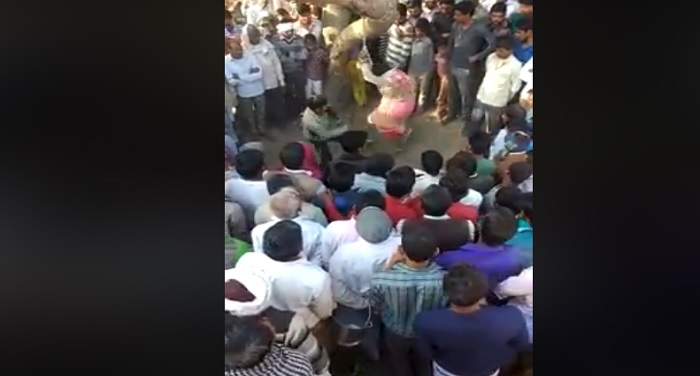 वीडियो वायरल: पीटती रही महिला, तमाशा देखते रहे लोग