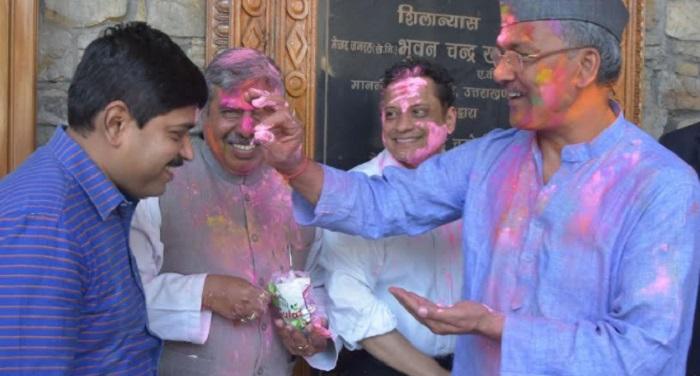 r m अधिकारियों के साथ सीएम ने मनाई होली