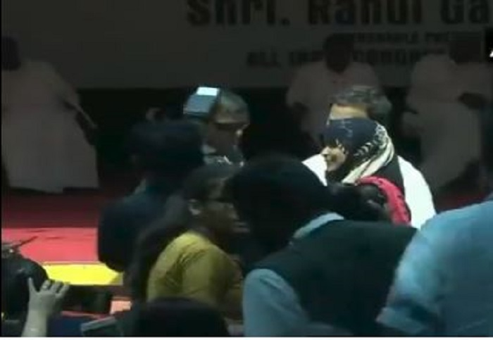 rahul gandhi 1 कर्नाटक: कांग्रेस अध्यक्ष राहुल गांधी ने छात्रा के साथ खिंचवाई सेल्फी