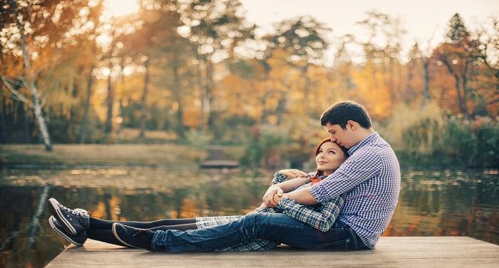 rsz couple by lake 1 अगर आपकी गर्लफ्रेंड भी रुठ जाती है बार-बार तो ऐसे मनाएं, दोनों के बीच बढ़ेगा प्यार
