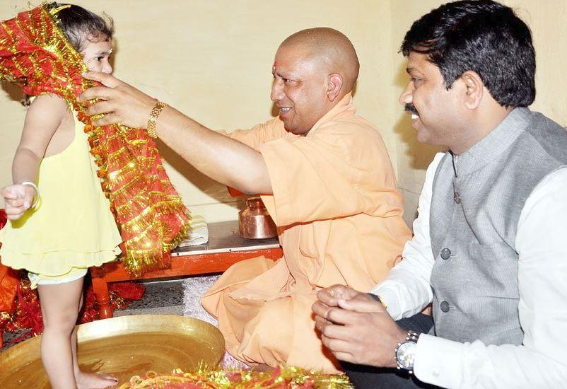 yogi रामनवमी पर सीएम योी ने किया कन्या पूजन, सोशल मीडिया पर शेयर की तस्वीरें