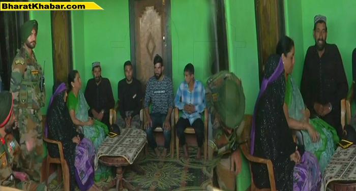 शहीद औरंगजेब के घर पहुंची रक्षा मंत्री सीतारमण