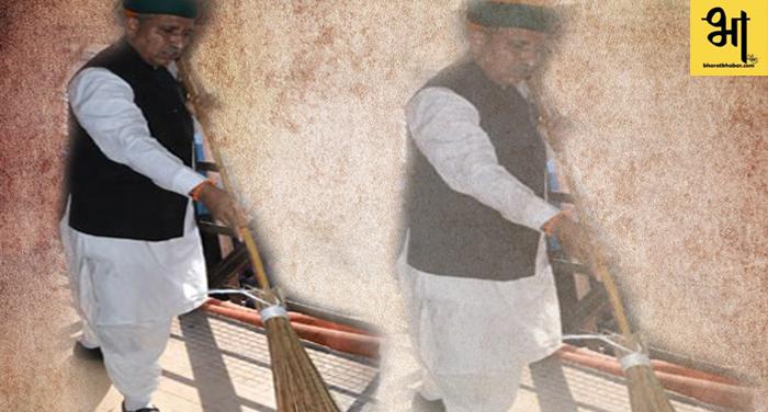 केंद्रीय मंत्री ने पीएचसी में लगाई झाडू, ग्रामीणों को दिया स्वच्छता का संदेश