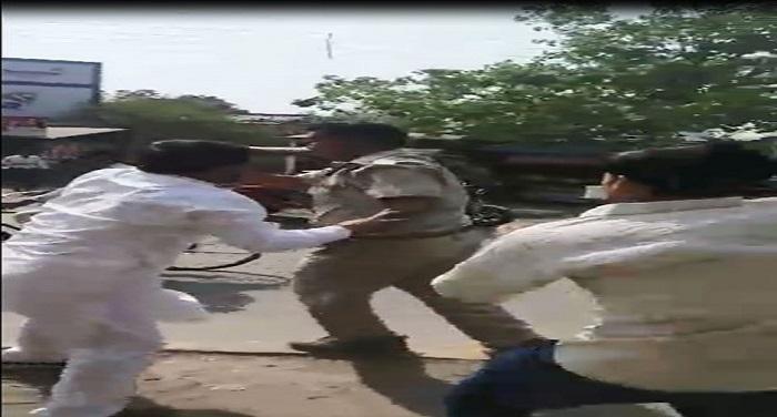 फैजाबाद: दबंगों ने सरेआम की दरोगा की पिटाई, वीडियो हुआ वायरल