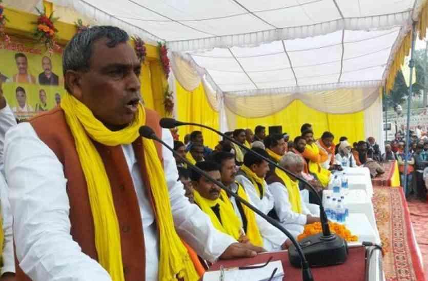Rajbhar22 यूपी मंत्री राजभर के शराब वाले बयान पर भड़की सपा, घर के बाहर किया हंगामा