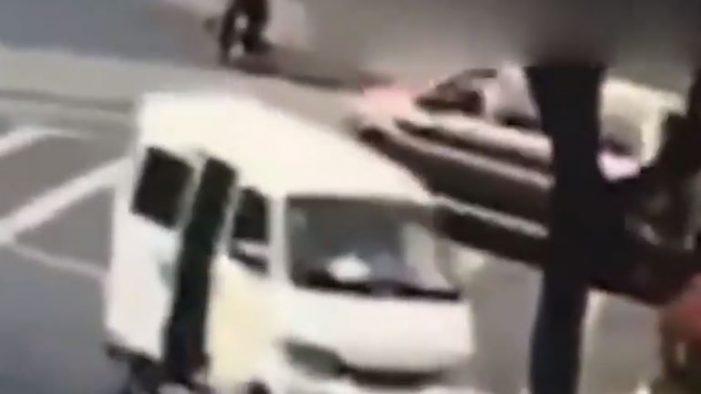 जब बीच सड़क चलती गाड़ी से गिर गया बच्चा, वीडिया देख आप भी रह जाएंगे हैरान