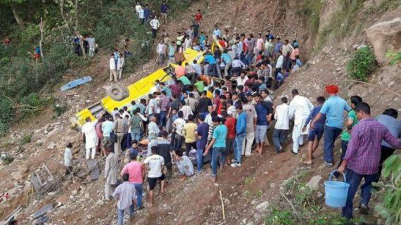 हिमाचल प्रदेश: 200 फीट गहरी खाई में गिरी स्कूल की बस, 29 बच्चों समेत 32 लोगों की मौत