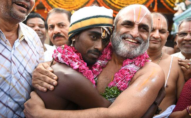 sri rangnatha दलित युवक को कंधे पर बिठाकर मंदिर के अंदर ले गया पुजारी, 3000 साल पुरानी है दलितों के साथ भेदभाव खत्म करने की यह परंपरा