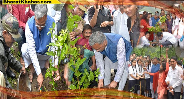 सीएम रावत ने देहरादून के भोगपुर गांव, डोईवाला में पौधरोपण अभियान में भाग लिया