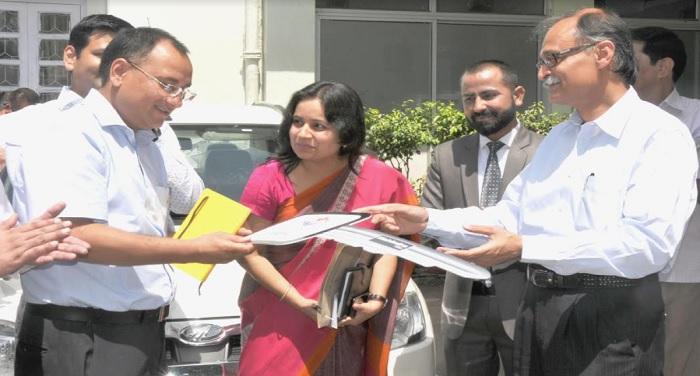 सचिव वित्त अमित नेगी को इलैक्ट्रिक कार की चाबी सौंपते हुए मुख्य सचिव उत्पल कुमार