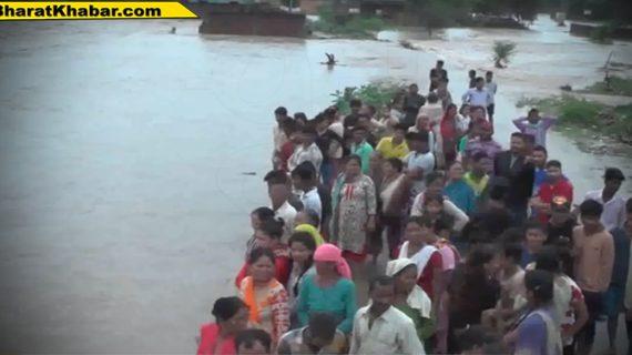 देहरादून में जलस्तर बढने से सोंग नदी का पानी उक्त ग्राम में घुसने से बाढ जैसी स्थिति उत्पन्न
