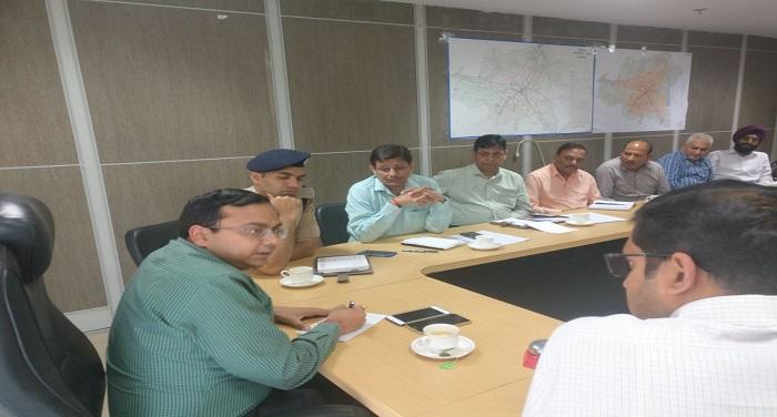 उपाध्यक्ष डॉ0 आशीष कुमार श्रीवास्ताव ने ऑन स्ट्रीट स्मार्ट पार्किंग के सम्बन्ध में ली बैठक