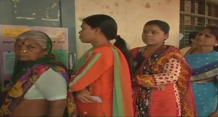 Dc DtykU0AA8V7I Live: कर्नाटक में मतदान जारी, शाम 5 बजे तक हुआ 64 फीसदी मतदान