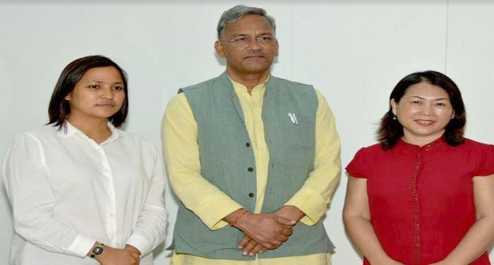 सीएम रावत से मुख्यमंत्री आवास में 'मशरूम गर्ल' दिव्या रावत ने शिष्टाचार भेंट की