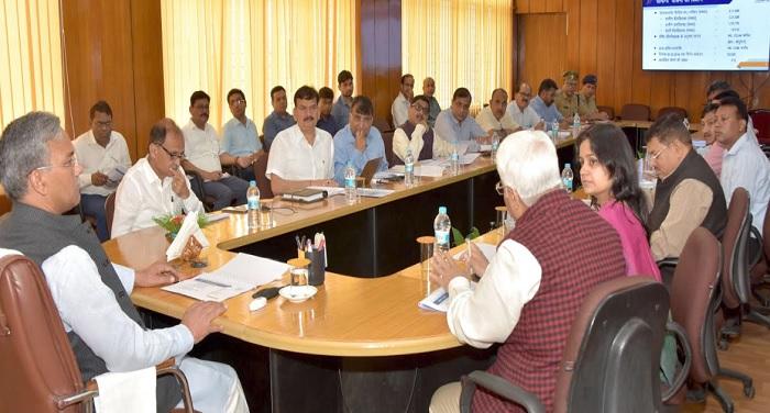 सीएम रावत ने सचिवालय में ऊर्जा विभाग के अन्तर्गत केन्द्र सरकार की प्राथमिकता वाले कार्यक्रमों की समीक्षा की