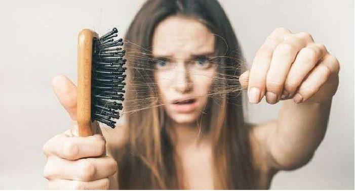 क्या झड़ते बालों से हैं परेशान, तो अपनाएं ये बैहतरीन उपाय