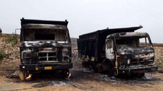 नक्सलियों का कहर, 8 मजदूरों को अगवा कर सात वाहनों को किया आग के हवाले
