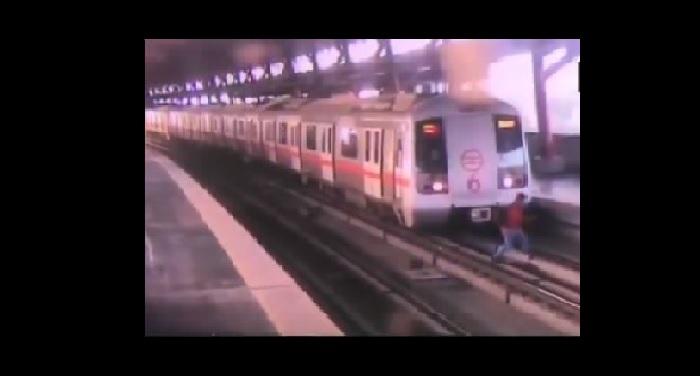 VIDEO: मेट्रोट्रेक पर दूसरे प्लेटफार्म पर जाते हुए बाल-बाल बची शख्स की जान