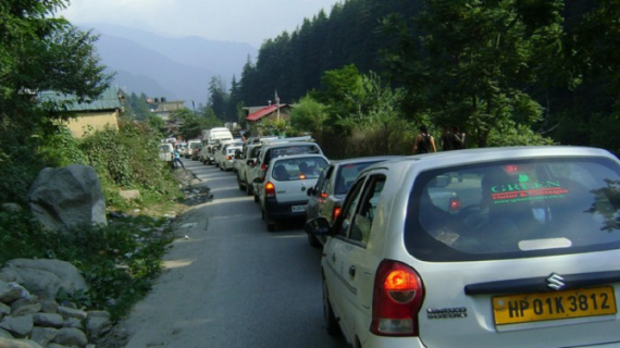 हिमाचलः पर्यटन सीजन के चलते मनाली-चंडीगढ़ मार्ग जाम,पर्यटकों को हुई मुसीबत