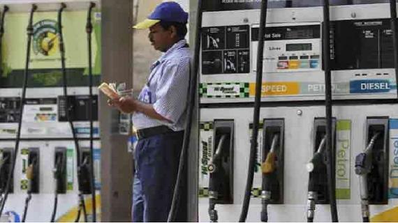आम आदमी ने भरी राहत की सांस, पेट्रोल-डीजल की कीमतों में आई गिरावट