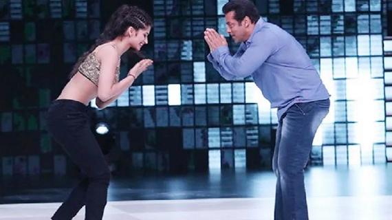 लड़की के साथ सलमान खान ने किया डांस, लोगों ने नशे में है क्या? देखे वीडियो