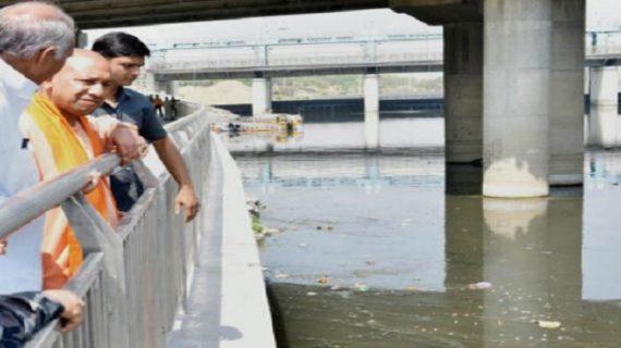 गोमती नदी के सफाई अभियान का सीएम योगी ने किया दौरा, सीएम के साथ कई मंत्री भी हुए शामिल