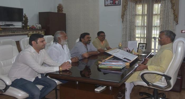 सीएम रावत से मुख्यमंत्री आवास में फिल्म निर्देशक नारायण सिंह ने मुलाकात की