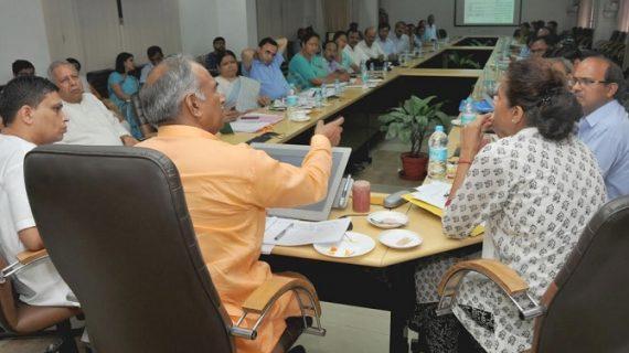 प्रदेश के शिक्षा मंत्री अरविन्द पाण्डेय ने सचिवालय में शिक्षा विभाग के कार्यो की प्रगति की समीक्षा की