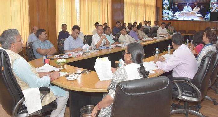 मुख्यमंत्री त्रिवेंद्र सिंह रावत ने वीडियो कॉन्फ्रेंसिंग से जन शिकायतों का किया समाधान