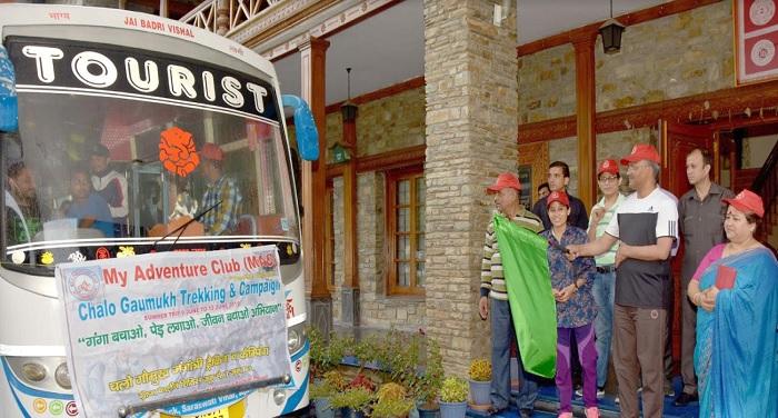 सीएम रावत ने गोमुख ट्रैकिंग के लिए जा रहे अभियान दल को हरी झण्डी दिखाई