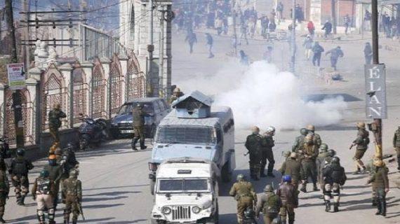 प्रदर्शनकारियों ने किया CRPF की गाड़ी पर हमला, गाड़ी से कुचल कर एक पत्थरबाज की मौत