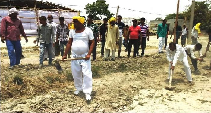 op rajbahr यूपी सरकार ने नहीं बनाई सड़क तो कैबिनेट मंत्री ने उठाया फावडा
