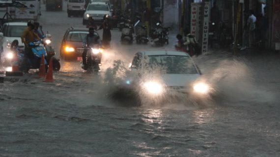 कर्नाटक में भारी बारिश से जनजीवन प्रभावित, कई ट्रेनों का बदला रूट