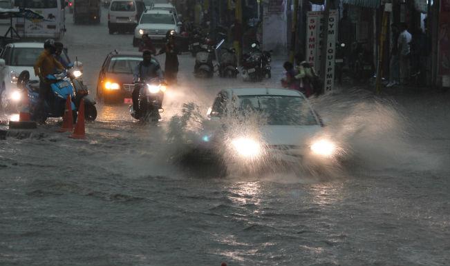 rai n कर्नाटक में भारी बारिश से जनजीवन प्रभावित, कई ट्रेनों का बदला रूट