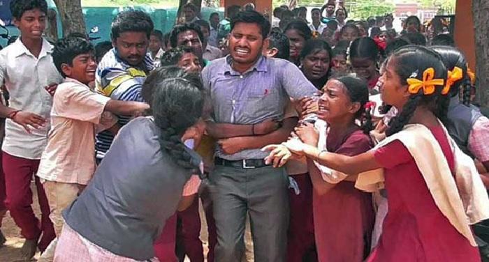 तबादले के बाद स्कूल छोड़कर जाने वाले टीचर को स्टूडेंट्स ने पैर पकड़कर रोका