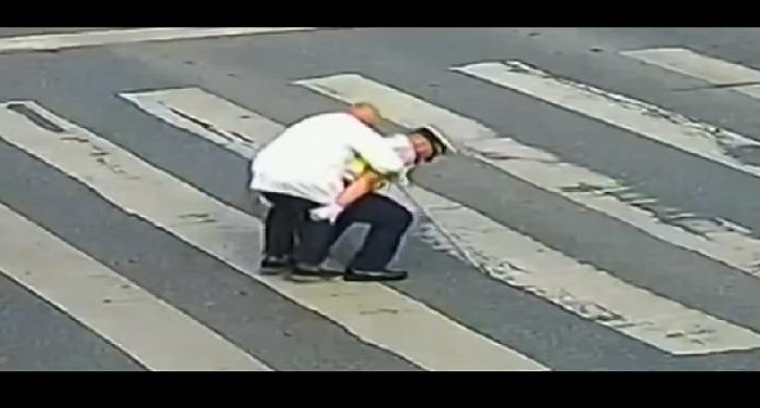 VIDEO: ट्रैफिक पुलिसकर्मी ने बजुर्ग को कंधे पर बैठाकर कराई सड़क पार