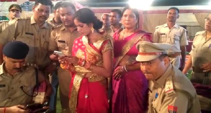 शादी समारोह में पुलिस की पिटाई, दरोगा का रिवॉल्वर महिलाओं ने छीना