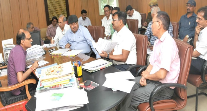 उत्पल कुमार सिंह ने कार्यदायी संस्थाओं को टाइम फ्रेम तय करने के निर्देश दिए